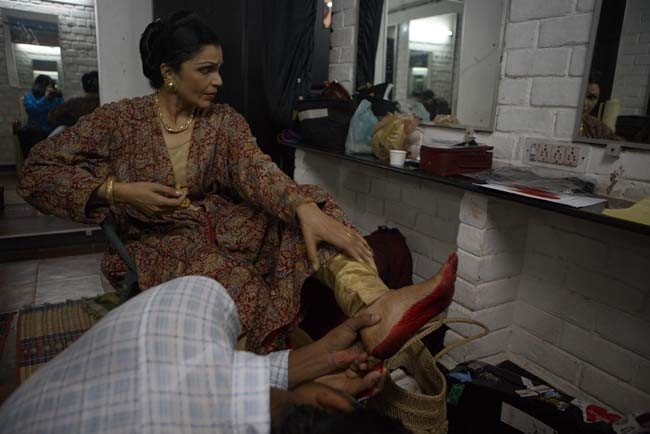 An auspicious quality of the Bharatanatyam dancer is to color ones' hands and feet red.  This helps the audience to witness their very intricate and precise hand gestures.  Backstage, Anita's hairstylist helped to put the final touches on her painted feet.