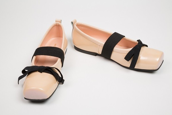 Comme des Garçons, pearlized patent leather and elastic ballet flats, spring 2005. Collection of The Museum at FIT. Photograph © The Museum at FIT.