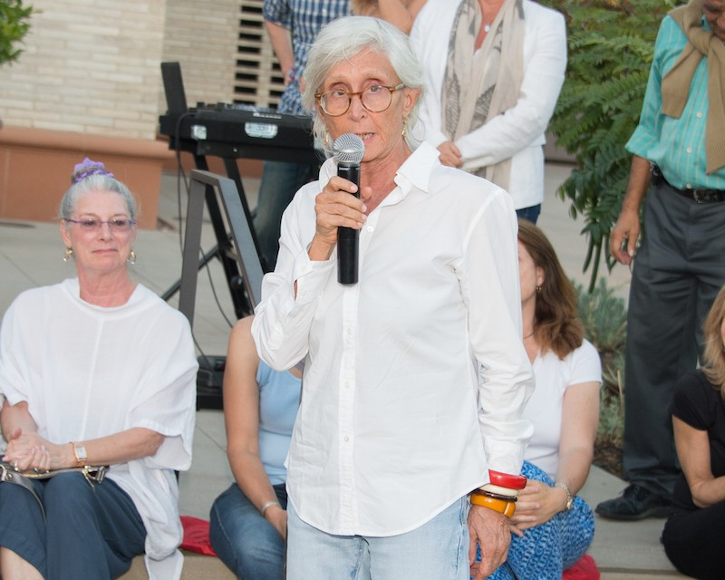 Twyla Tharp speaking to the crowd after the LA performance of The One Hundreds